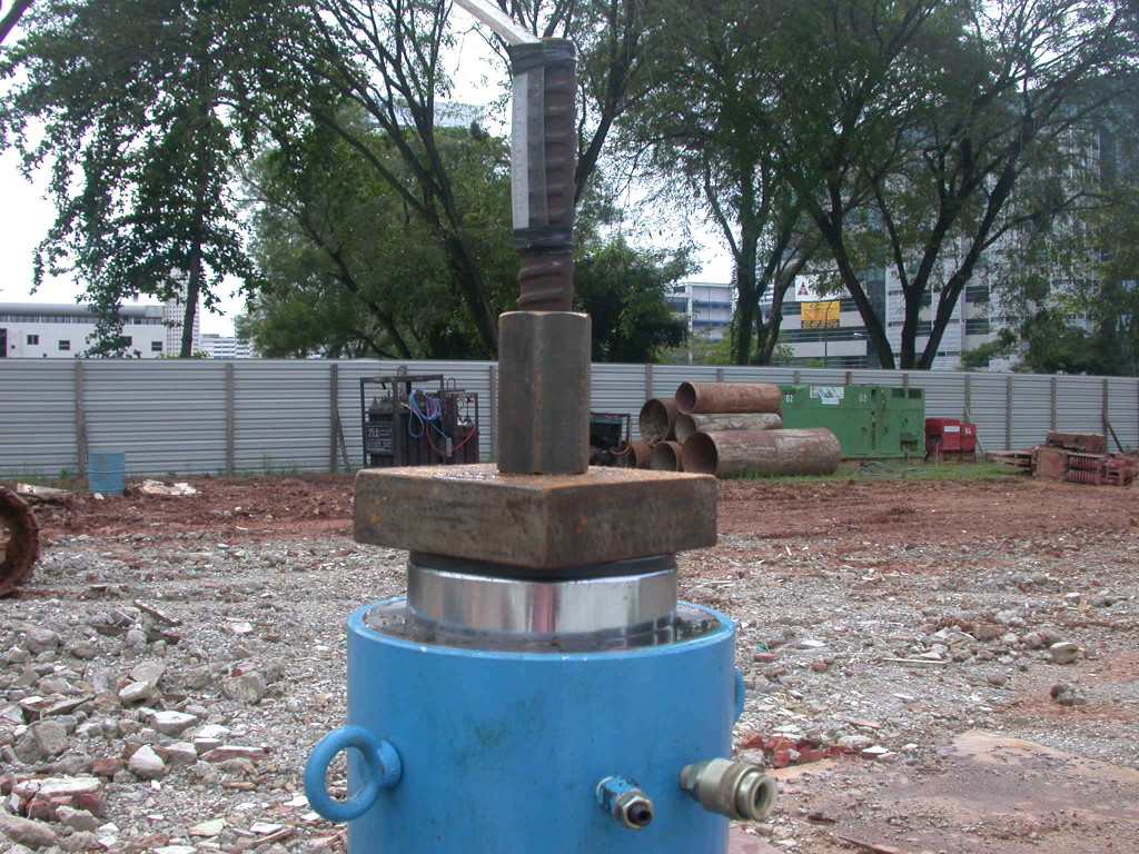 30 ton anchor bolt testing using a 30 ton hollow calibrated hydraulic jack